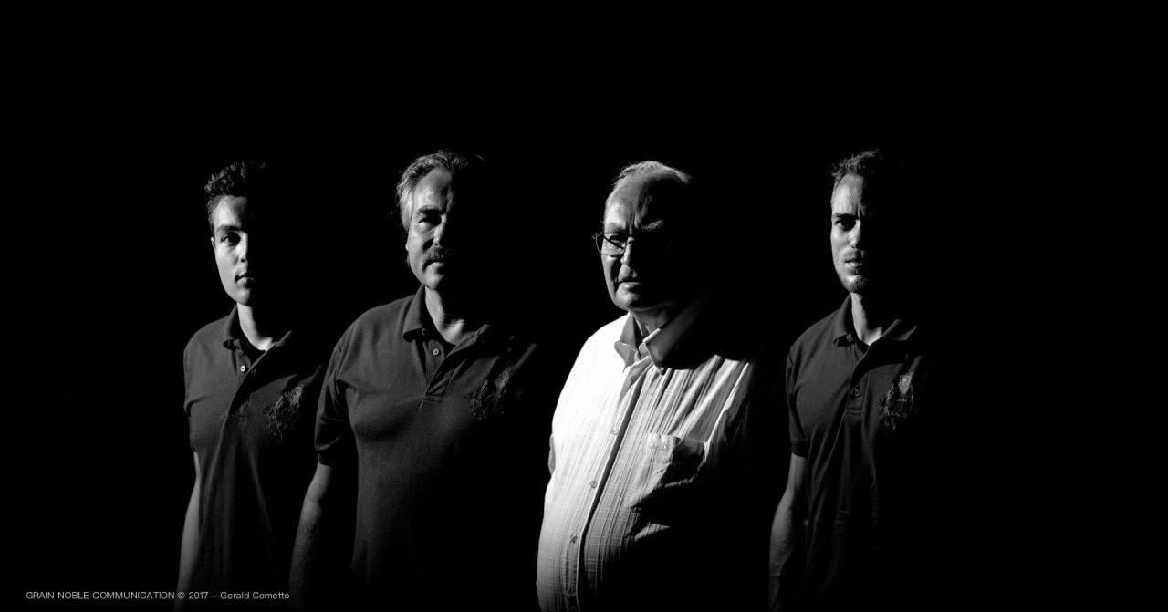 4 hommes cotes à cote en noir et blanc
