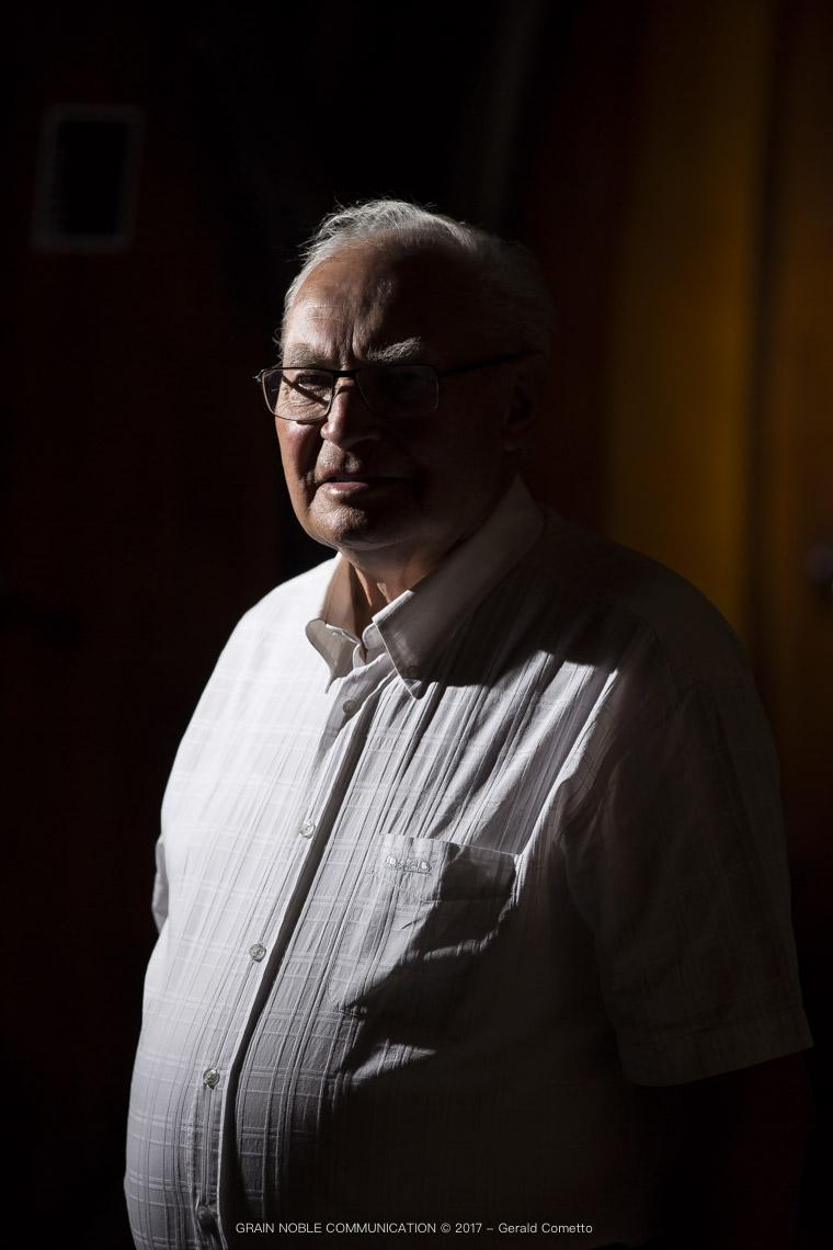 photo d'un homme âgé en chemise blanche