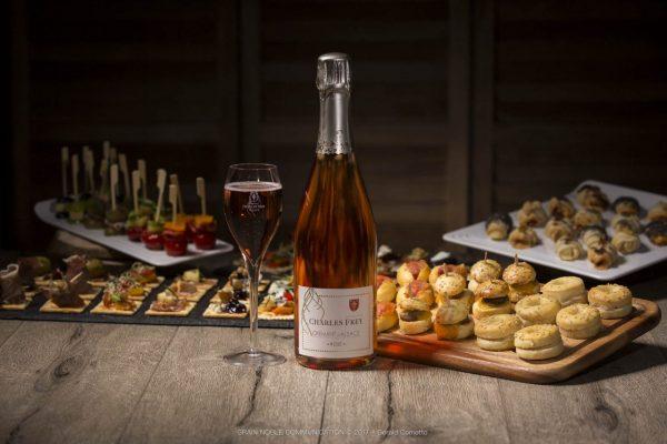 bouteille de Crémant d'Alsace rosé au milieu de petits fours