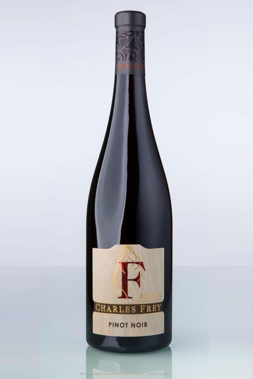 photo d'une bouteille de vin rouge avec écrit Pinot noir F sur l'étiquette