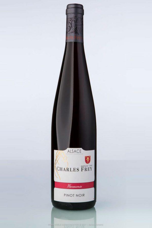 photo d'une bouteille de vin rouge avec écrit Pinot noir Harmonie sur l'étiquette