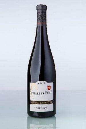 photo d'une bouteille de vin rouge avec écrit Quintessence sur l'étiquette