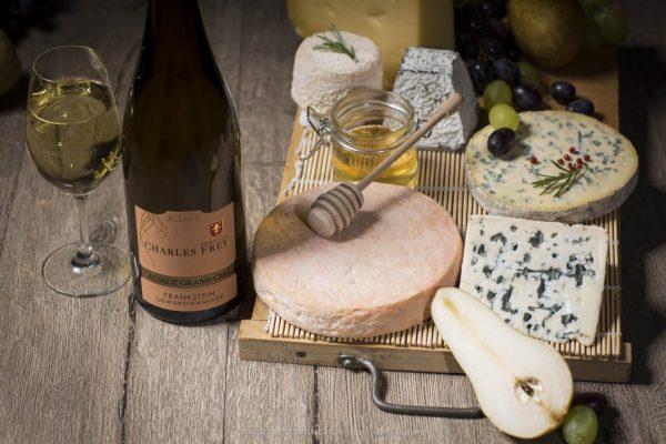 bouteille de Gewurztraminer Grand cru Frankstein avec un plateau de fromages