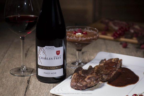 photo d'un vin rouge avec de la viande rouge et du chocolat