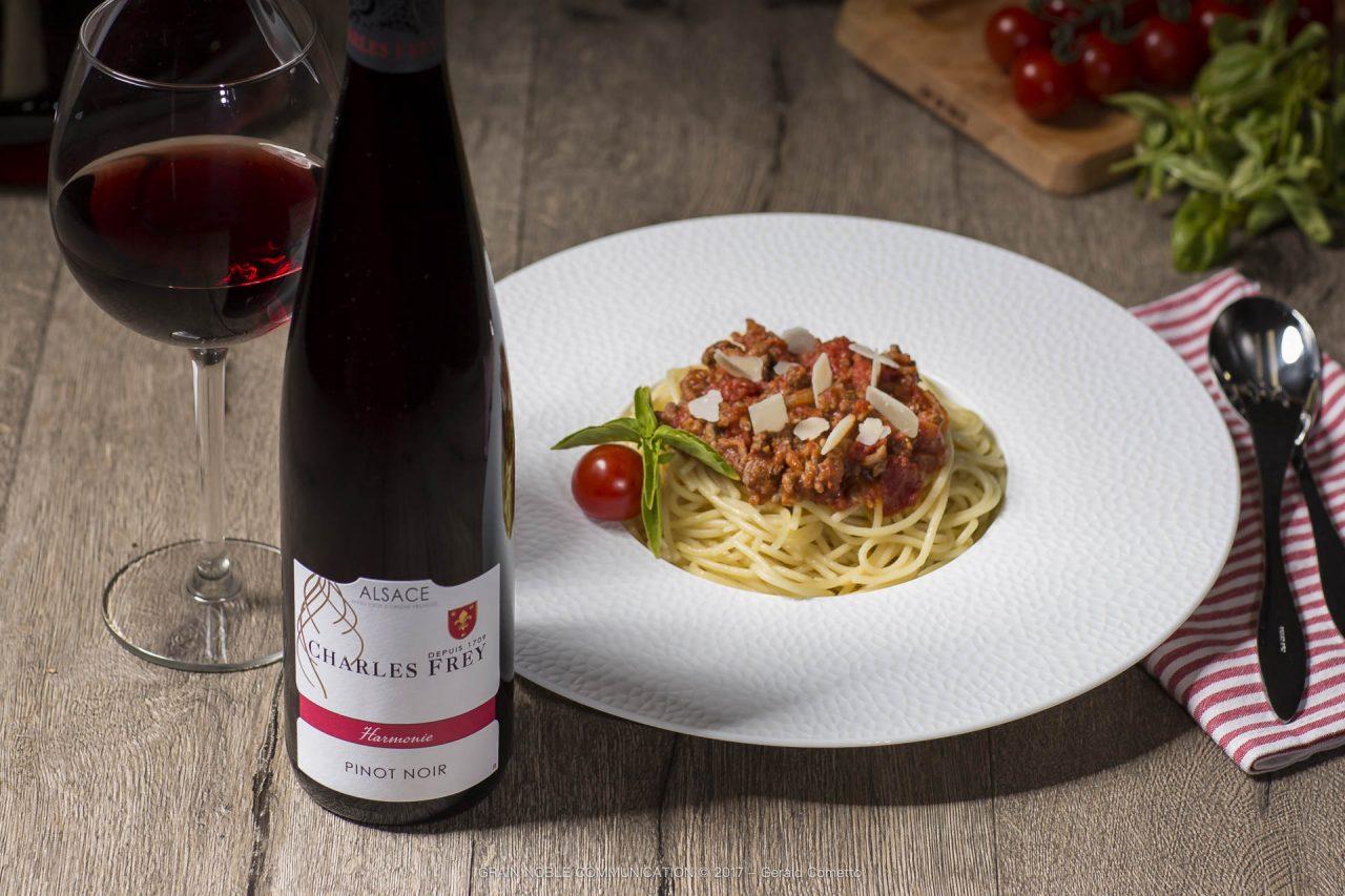 photo d'une bouteille de Pinot noir avec un plat de spaguetti