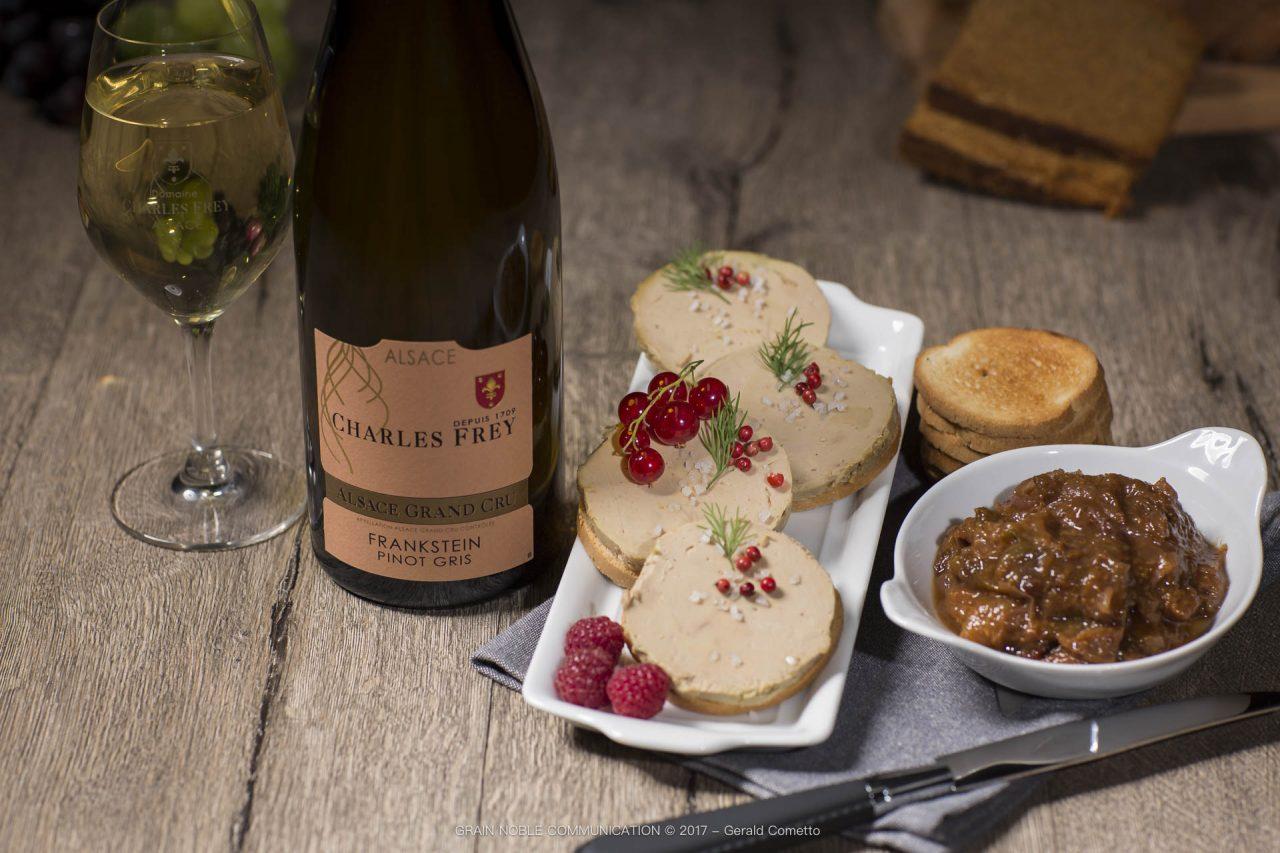 Bouteille de Pinot gris Grand cru Frankstein avec des toasts de foie gras