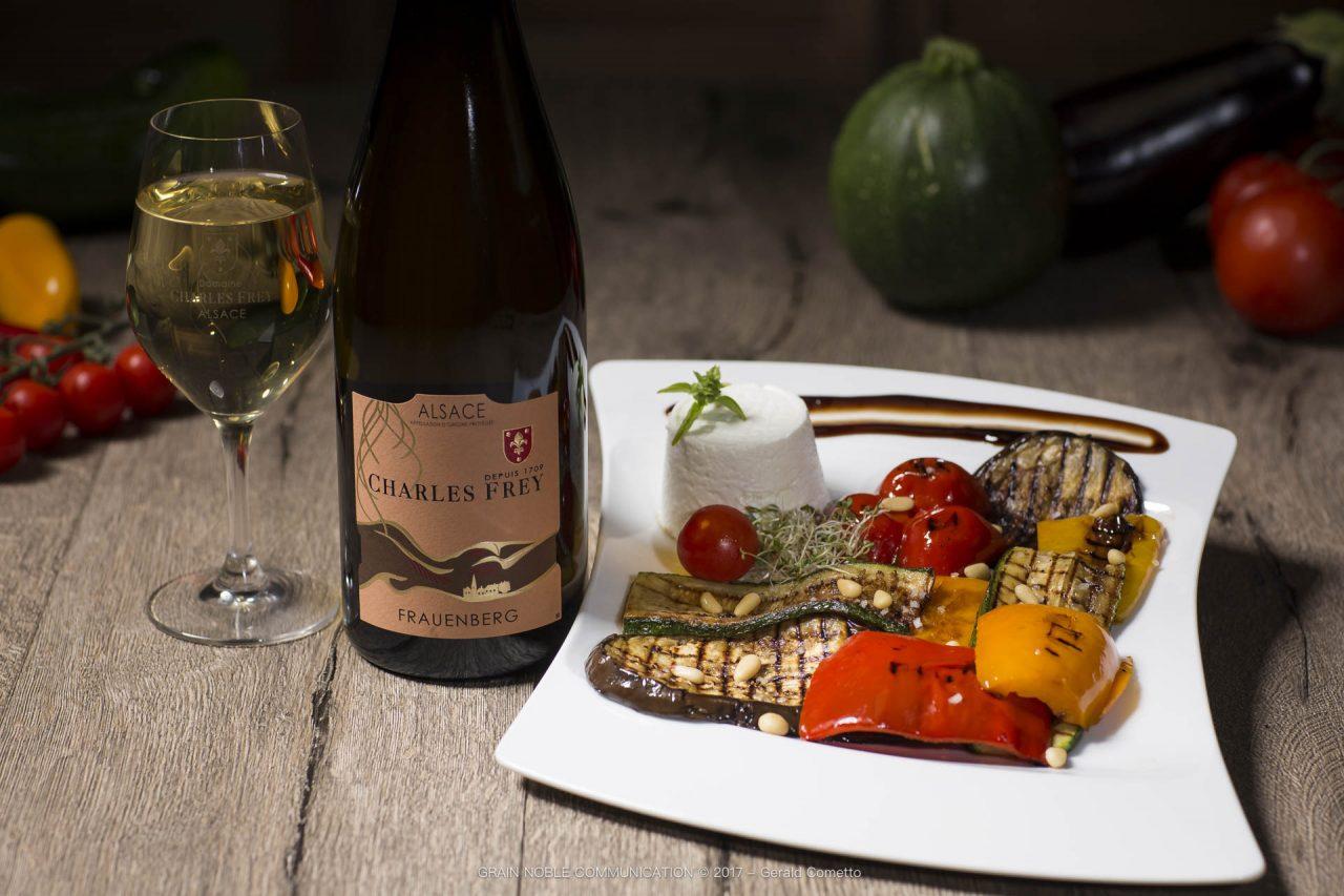 Bouteille de vin Frauenberg avec un plat de légumes